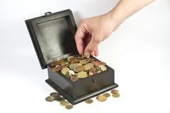 Ein Mann, der Münzen von einem Kasten stiehlt Stockbild