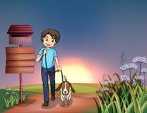 Ein Mann, der mit seinem Hund geht Lizenzfreie Stockbilder
