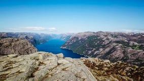 Ein Mann, der nahe einem Fjord in Norwegen wandert Brummen-Bild lizenzfreies stockfoto