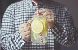 Ein Mann, der neues Getränkhaus trinkt, stellte Limonade froma Glasbecher her lizenzfreie stockfotografie
