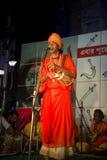 Ein Mann, der religiöses Lied bei Durga Festival, Kolkata singt Stockbild