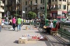 Ein Mann, der Revolutionsandenken in Kairo Ägypten verkauft lizenzfreies stockbild
