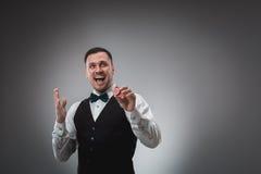 Ein Mann, der rote Pokerchips hält schürhaken Stockfotografie