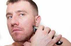 Ein Mann, der sein Gesicht rasiert Stockbilder