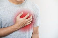Ein Mann, der sein Herz berührt Herzinfarkt, Herzversagen, andere Herzkrankheit stockbild