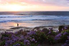 Ein Mann, der stoppt, um den Sonnenuntergang anzustarren Stockfoto