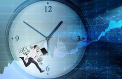 Ein Mann, der um eine Uhr läuft lizenzfreies stockfoto