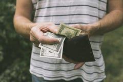 Ein Mann, der US-Dollars anbietet lizenzfreie stockbilder