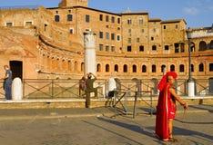 EIN MANN, DER VOM RÖMISCHEN BEFEHLSHABER VERKLEIDET WIRD, FÜHRT AN DER ZAHLUNG FÜR TOURISTEN DURCH Römisches Forum, Rom, Italien Stockfotos
