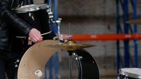 Ein Mann, der zusammen die Trommelausrüstung für die Wiederholung einstellt stock footage