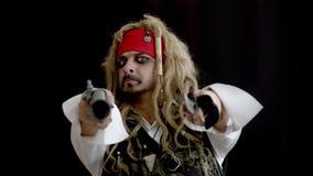 Ein Mann in einem Piratenkostüm verweist die Waffe vorwärts lustige Gesamtlänge für Darstellungs- und Konzeptideen stock video footage