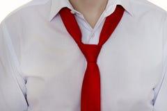 Ein Mann in einem weißen Hemd und in einer roten Bindung, Bindung wird nicht oben, Nahaufnahme, Geschäftsmann gebunden lizenzfreie stockfotos
