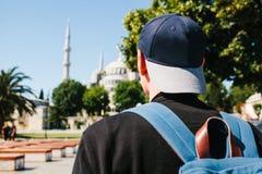 Ein Mann in einer Baseballmütze mit einem Rucksack nahe bei der blauen Moschee ist ein berühmter Anblick in Istanbul Reise, Touri stockfoto