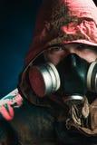 Ein Mann in einer Gasmaske auf einem schwarzen Hintergrund Lizenzfreie Stockbilder