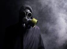 Ein Mann in einer Gasmaske im Rauche stockbilder