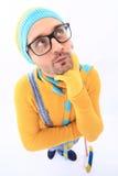 Ein Mann in einer gelben Strickjacke und im Overall Stockfotografie