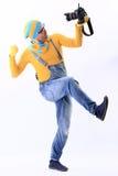 Ein Mann in einer gelben Strickjacke und im Overall Stockfotos
