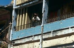 Ein Mann in einer Gewehrkugel enträtselte Gebäude in Angola Stockfoto