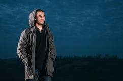Ein Mann in einer Jacke auf der Natur Lizenzfreie Stockbilder