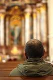 Ein Mann in einer Kirche lizenzfreie stockfotografie
