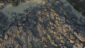 Ein Mann engagierte sich in der chinesischen Gymnastik, auf den Felsen aerial stock video footage