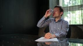 Ein Mann erhält auf Whisky von der Störung betrunken stock footage