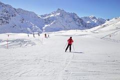 Ein Mann fährt an einem Skiort Ski Kaukasus-Berge, Georgia Gudauri Lizenzfreie Stockbilder