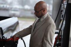 Ein Mann füllt seinen Kraftstofftank stockfotos