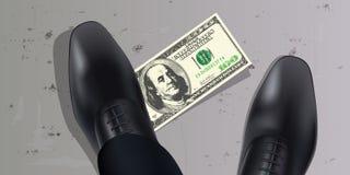 Ein Mann findet hundert Dollarschein aus den Grund und setzt seinen Fuß auf ihn stock abbildung