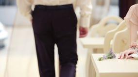 Ein Mann geht hinter die Tabelle an einem Restaurant stock video footage