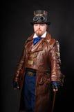 Ein Mann gekleidet im Stil des steampunk lizenzfreie stockfotografie