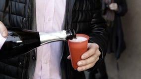 Ein Mann gießt Champagner stock footage
