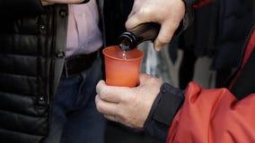 Ein Mann gießt Champagner stock video