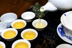Ein Mann gießt Tee während einer Teezeremonie Stockfotografie