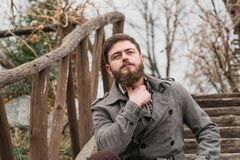 Ein Mann im Park Herbstweg im Park lizenzfreie stockfotografie