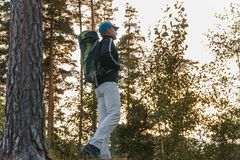 Ein Mann im Wald Mannrucksack lizenzfreie stockbilder