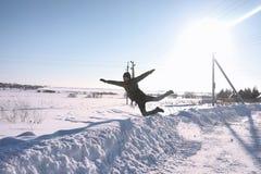 Ein Mann im Winter auf der Straße Der Kerl geht auf den Winter r Lizenzfreies Stockfoto