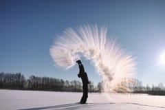 Ein Mann im Winter auf der Straße Der Kerl geht auf den Winter r Stockfotografie