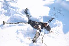 Ein Mann im Winter auf der Straße Der Kerl geht auf den Winter r Stockfotos