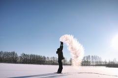 Ein Mann im Winter auf der Straße Der Kerl geht auf den Winter r Lizenzfreies Stockbild