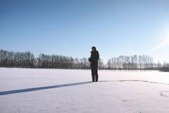 Ein Mann im Winter auf der Straße Der Kerl geht auf den Winter r Lizenzfreie Stockfotografie