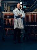 Ein Mann im Wurstspeicher Lizenzfreie Stockfotos