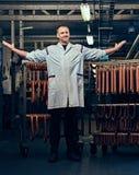Ein Mann im Wurstspeicher Stockfotografie