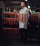 Ein Mann im Wurstspeicher Stockfoto