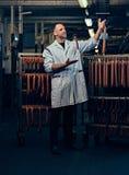 Ein Mann im Wurstspeicher Stockbild