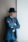 Ein Mann kleidete in den Ständen einer Klage mit seinem zurück zu der Wand an Lizenzfreie Stockfotos