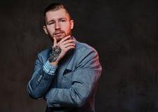Ein Mann kleidete in einer Klage über grauem Hintergrund an Stockfoto