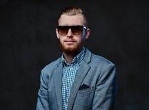 Ein Mann kleidete in einer Klage und in der Sonnenbrille an Lizenzfreie Stockfotos