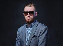 Ein Mann kleidete in einer Klage und in der Sonnenbrille an Lizenzfreie Stockbilder
