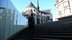 Ein Mann klettert den Untertagedurchgang herauf die Treppe zu den Straßen der Stadt stock footage